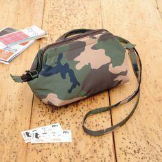簡単に作れる!使いやすいポーチにもなるポシェットの作り方(バッグ) | ぬくもり My Bags, Purses And Bags, Fabric Stamping, Frame Purse, Diy And Crafts Sewing, Denim Bag, Sewing Accessories, Pouch Bag, Handmade Bags