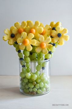 Fruit bouquet ideas for Mother's Day. How to make an edible bouquet with fruit. Edible arrangement with fruit. L'art Du Fruit, Deco Fruit, Fruit Art, Fresh Fruit, Fun Fruit, Fruit Salad, Fruit Ideas, Food Ideas, Kids Fruit