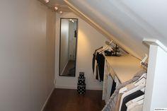 Nu är vår walk-in-closet färdig efter mycket funderande. Det tog ett tag innan vi kom på en bra lösning för rummet då vi har snedtak att spela på. Rummet är verkligen en favorit! . Den lilla klädkammaren.. Bilden är tagen inifrån sovrummet till den blivande kammaren.. Här är ena delen av rummet o...