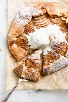 Apple Discover Easy Peazy Cinnamon Apple Galette with Vanilla Ice Cream - Broma Bakery All the taste of apple pie but half the work. This Cinnamon Apple Galette is just perfect for an easy but delicious dessert. Köstliche Desserts, Delicious Desserts, Dessert Recipes, Yummy Food, Fudge Recipes, Cookie Recipes, Fall Recipes, Sweet Recipes, Turkey Recipes