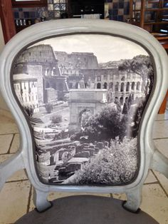 Le dossier est personnalisé. La photo est unique puisque prise par mes soins lors d'un voyage à Rome. Elle est imprimée sur tissu (esprit cuir). Le galon apporte la finition rêvée pour la mise en valeur de l'image.