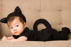 Roupinha preta, tiara com orelinhas de feltro e rabinho em feltro.