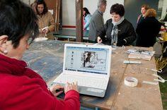 """El grupo de trabajo en las instalaciones de """"Rótulos Con3ras"""" donde hemos fabricado la totalidad de la exposición. Fotografía de Getafe Capital (16-2-2013)"""