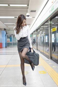 Korean Girl Fashion, Asian Fashion, Womens Fashion, Beautiful Young Lady, Beautiful Legs, Cute Asian Girls, Beautiful Asian Girls, Girls In Mini Skirts, Cute Japanese Girl