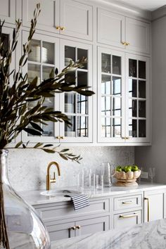 Traditional kitchen interior design with soft grey cabinets with glass inserts and brass accents interior design Kitchen Design Home Decor Kitchen, Interior Design Kitchen, Home Kitchens, Kitchen Wood, Luxury Kitchens, Kitchen Design Classic, Kitchen With Marble Countertops, Kitchen With Brass Hardware, Brushed Brass Kitchen Faucet