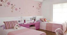 Quando grávidas sonhamos com o quartinho dos bebês, eles crescem, então chega a hora de pensar nas ideias de decoração para um quarto com camas. A inspiração de hoje é para as mamães de meninas!