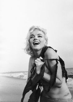 22_Marilyn Monroe by George Barris at the Santa Monica Beach while she was filming her last (uncompleted) film, Something's Got to Give, in1962.jpg