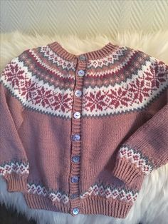 Nancy kofte til barn Baby Sweater Knitting Pattern, Baby Knitting Patterns, Baby Sweaters, Winter Sweaters, Knitting For Kids, Free Knitting, Fair Isle Knitting, Baby Cardigan, Free Pattern