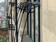 Really love this iron work - roses in the glasgow school of art facade Charles Rennie Mackintosh, Glasgow Architecture, Architecture Details, Glasgow School Of Art, Art School, London Hotels, Arts And Crafts Movement, Architectural Elements, William Morris