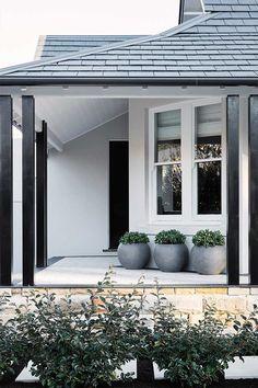 House entrance design white trim 40 Ideas for 2019 Exterior Paint Schemes, Design Exterior, House Paint Exterior, Exterior Paint Colors, Exterior House Colors, Facade Design, Modern Exterior, Black Exterior, Exterior Trim