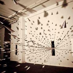 "Instalação ""I fly like a paper"", de Dawn NG. #installationart #installation #instalacaoartistica #instalacao #artes #arts #art #arte #decor #experience #experiencia #decoração #design #architecturelover #architecture #arquitetura #projetocompartilhar #davidguerra #shareproject #iflylikeapaper #iflylikeapaperdawnng #dawnng"