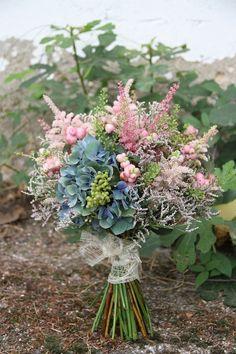 Ramo de novia silvestre en azul de hortensia, astilbes y limonium www.bukkaflores.com Diy Wedding Flowers, Wedding Bouquets, Astilbe, Floral Wreath, Wreaths, Brides, Decor Ideas, Beautiful, Decoration