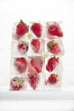 Presentation of a series of ice cubes with strawberries Fruit Ice Cubes, Flavored Ice Cubes, Cube Recipe, Strawberry Farm, Delicious Fruit, Salmon Recipes, Summer Recipes, Raspberry, Red And White