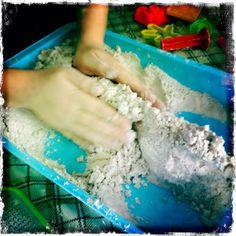 Sable lunaire à fabriquer 8 tasses (2 litres) de farine tout usage 1 tasse (250ml) d'huile végétale (ou d'huile de bébé) 2 bâtons de craie à trottoir