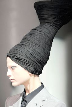 Gods, Godesses and Angels theme ♔ Pour la Tête ♔ hats, couture headpieces and head art - Junya Watanabe Quirky Fashion, Fashion Art, Fashion Show, Turbans, Caroline Reboux, Mode Costume, Rei Kawakubo, Crazy Hats, Love Hat