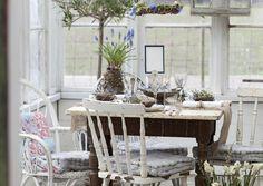 Toteuta kaunis pääsiäiskattaus sinivalkoisin astioin. Katso Unelmien Talo&Kodin vinkit ja yllätä vieraat hurmaavalla pääsiäispöydällä!