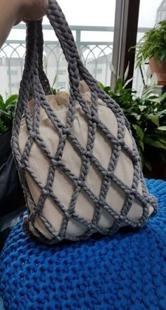 bolsa em croche passo a passo Tunisian Crochet, Slip Stitch Crochet, Crochet Bags, Crochet Market Bag, Crochet Handbags, Crochet Purses, Knitted Bags, Love Crochet, Crochet Stitches