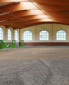A dreamy indoor arena... this would certainly make riding in winter much more pleasant, no?