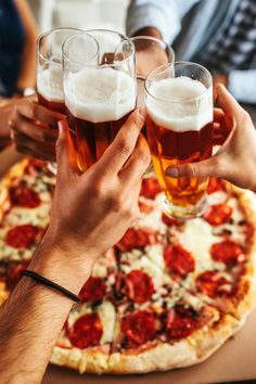 A perfect combo by bernardbodo. Close up shot of glasses of beer and pizza Beer Brewing, Home Brewing, Pizza Y Vino, Pizza Facil, Grolsch Beer, Boston Beer, Make Beer At Home, Sauce Pizza, Pizza And Beer