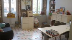 Mon cabinet d'orthophonie Psychologist Office, Dressing Room, Decoration, Corner Desk, Recherche Google, Inspiration, Furniture, Home Decor, Green