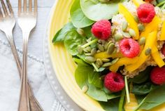 Salade de boulgour aux framboises et suprêmes d'orange  #rasberries #salad #salade #framboise #recettesanté #healtyfood #boulgour #spinash #épinards #eatright #vegan #soy #nutrition Cantaloupe, Nutrition, Vegan, Orange, Fruit, Food, Pret A Manger, Raspberries, Healthy Nutrition