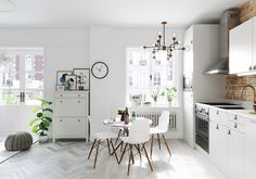 2-cozinha-americana-com-tijolinho-e-mesa-redonda-e-iluminação-natural.