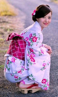 Collection of photos showing the beauty of Japan including landscape photos,Japanese martial arts, Samurai history and beautiful Japanese women. Beautiful Japanese Girl, Cute Japanese, Japanese Beauty, Beautiful Asian Women, Kimono Japan, Yukata Kimono, Kimono Dress, Japan Woman, Japan Girl