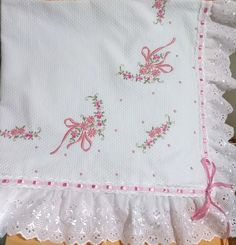 Manta bordada feita em pique, forrada, bordada apenas em um lado. As cores variam de acordo com o estoque ou escolha do Cliente Baby Embroidery, Vintage Embroidery, Cross Stitch Baby Blanket, Baby Sheets, Baby Nest, Patch Quilt, Baby Sewing, Baby Quilts, Cross Stitch Patterns