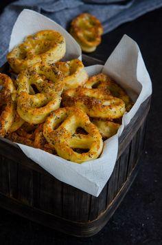 Covrigei cu cascaval si mac - Din secretele bucătăriei chinezești Onion Rings, Bagel, Cheddar, Shrimp, Mac, Food And Drink, Bread, Ethnic Recipes, Cheddar Cheese