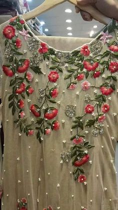 Embroidery designs fashion machine Ideas for 2019 Embroidery On Kurtis, Kurti Embroidery Design, Couture Embroidery, Hand Embroidery Stitches, Embroidery Fashion, Hand Embroidery Designs, Embroidery Dress, Ribbon Embroidery, Floral Embroidery