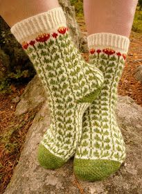 Kisassa 64 silmukan S-koko on minimi, joten Knitting Projects, Knitting Patterns, Warm Socks, Knitted Slippers, Cute Socks, How To Make Clothes, Designer Socks, Knitting Socks, Knit Socks