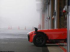 """Eu gosto muito deste estilo de foto, um Caterham """"esperando"""" para correr em Spa-Francorchamps"""