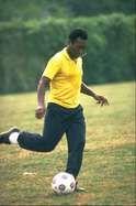 Pelé: Fue elegido el mejor jugador del siglo en una votación hecha por los ganadores del Balón de Oro. La IFFHS lo nombró el mejor jugador del mundo y el Comité Olímpico Internacional le otorgó el título del mejor deportista del siglo XX.