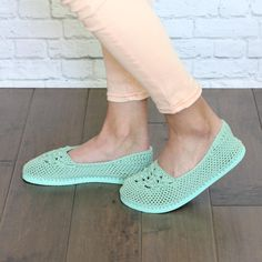 Most current Screen Crochet slippers flip flop Style Lightweight Slippers with Flip Flop Soles Crochet pattern by Jess Coppom Make & Do Crew Easy Crochet Slippers, Crochet Slipper Pattern, Crochet Shoes, Crochet Patterns, Crochet Ideas, Make Do, Make And Do Crew, Flip Flop Slippers, Clog Slippers
