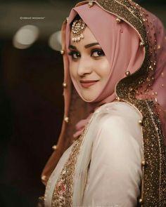 Such a beautiful and Flawless Bridal look! Pakistani Party Wear Dresses, Beautiful Pakistani Dresses, Pakistani Wedding Outfits, Pakistani Bridal Dresses, Bridal Outfits, Bridal Hijab Styles, Muslimah Wedding Dress, Hijab Bride, Indian Fashion Dresses