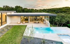 Located in Austin, Texas, this dazzling house was designed by Matt Fajkus Architecture for a young family that enjoys indoor-outdoor living. Houses In Austin, Austin Homes, Austin Texas, Indoor Outdoor Living, Outdoor Spaces, Patio Central, Moderne Pools, Architecture Résidentielle, Casa Patio