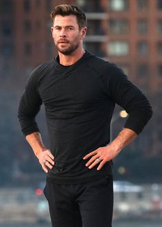 """Train, eat and live better with Chris Hemsworth's team "" Chris Hemsworth Thor, Chris Hemsworth Torse Nu, Chris Hemsworth Training, Short Fade Haircut, Hemsworth Brothers, Actrices Hollywood, Marvel Actors, Crew Cuts, David Beckham"