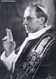 """Papa PIO XII    """"Santo Padre, dovreste provare a benedire utilizzando solo tre dita, per la Santa Trinità"""" , fu il suggerimento che Arturo Ghergo diede al Papa prima di questo ritratto. E da quel giorno divenne normale per quel Papa benedire in quel modo, come il suo ritratto di Ghergo ricordava ogni giorno"""