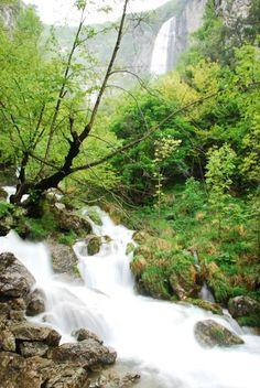 E' proprio spettacolare la cascata naturale di Zompo lo Schioppo! La cascata di oltre 80 metri di altezza è attiva soprattutto in primavera quando la falda acquifera si innalza per lo scioglimento delle nevi in quota. Si trova nell'omonima riserva naturale regionale, nel comune di Morino (Aq).   foto del dott.Amilcare D'Orsi