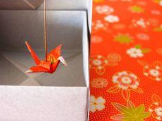 Boucles d'oreilles en origami réalisées en papier japonais plié et verni.Longueur env. 4-5cm. Grues env. 3cm d'envergure. Ces boucles d'oreilles sont présentées dans une boite en papier plié.Les apprêts sont sans nickel.