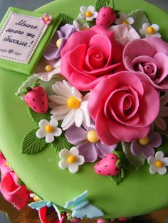 Garden Theme Cake- lots of flowers, strawberries and butterflies Pretty Cakes, Beautiful Cakes, Amazing Cakes, Beautiful Flowers, Eveline Wild, Happy Birthday Maria, Wild Strawberries, Flower Cookies, Floral Cake