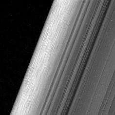 La misión de la sonda Cassini se acerca a su fin. Después de casi 20 años de haber sido lanzada al espacio, la nave terminará desintegrándose en la atmósfera de Saturno. Sin embargo, mientras eso sucede seguirá capturando fotos, y nos ha regalado algunas de las más detalladas de los anillos del planeta.