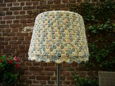 Een saai lampenkapje uit de kringloop, bekleedt met een haakwerkje. Hiervoor een spannend, gemêleerd katoenen garen gebruikt.