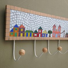 "Cabideiro ""Village"" com 6 ganchos - Estúdio Joe & Romio Mosaic Tray, Mosaic Wall Art, Mirror Mosaic, Glass Mosaic Tiles, Mosaic Crafts, Mosaic Projects, Stained Glass Patterns, Mosaic Patterns, Hobbies And Crafts"