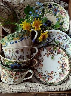 How pretty to use in a garden dining area, mix and match ! Antique Dishes, Vintage Dishes, Antique China, Vintage China, Café Chocolate, Vintage Plates, Vintage Teacups, China Patterns, Tea Set