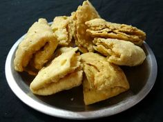 A Tasty Tea Time Treat - Mathri - Savory Indian Crackers Indian Snacks, Indian Food Recipes, Ethnic Recipes, Hunger Strike, Oil For Deep Frying, Ginger Tea, Small Meals, Crackers, Vegan Vegetarian