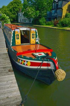 Is it really possible to live on a houseboat?different types of houseboats that are commonly used as fulltime dwellings of vacation homes. Barge Boat, Canal Barge, Canal Boat Art, Canal Boat Interior, Narrowboat Interiors, Dutch Barge, Boat Fashion, Trains, Boat Projects