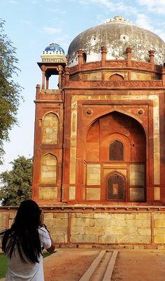 Com toda a riqueza de detalhes da arquitetura indiana a Tumba de Humanyun é um lugar pra não deixar de visitar quando passar por Deli na Índia.