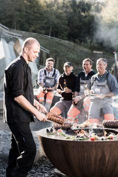 Der Spitzenkoch Chris Züger freut sich, seine Gäste mit seinem Feuerring auf höchstem Niveau verwöhnen zu können. Foto Shoot, Outdoor Kitchen Design, Outdoor Fire, Metal Working, Barbecue, Couple Photos, Cooking, Grilling Ideas, Smokers