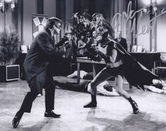 Robin & Bruce Lee went toe to toe. What really happened on & off screen when these legends went mano a mano during the 1967 Batman/Green Hornet Crossover TV episode? Batman 1966, Batman Art, Batman Comics, Batman Robin, Superman, Real Batman, Batman Tv Show, Batman Tv Series, Burt Ward